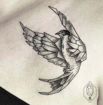 Oiseau tatouage épaule femme