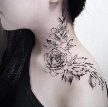 femme avec un tatouage sur l épaule motif Roses