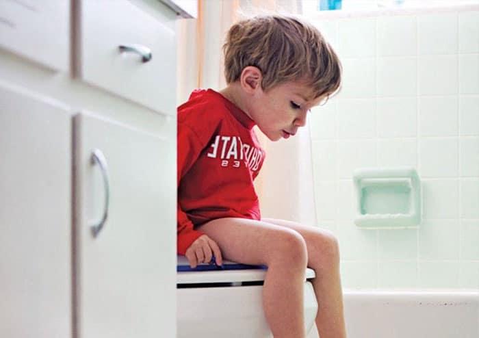 Enfant Aux Toilettes