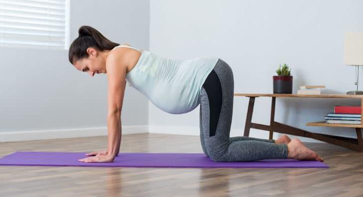 Femme Qui Fait Du Yoga Enceinte
