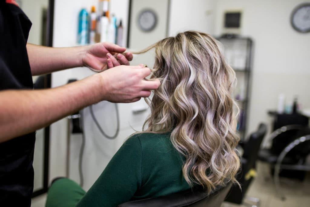 Femme meche blondes au salon de coiffure