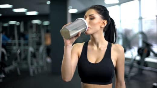 Femme sportive boisson protéiné-après entraînement