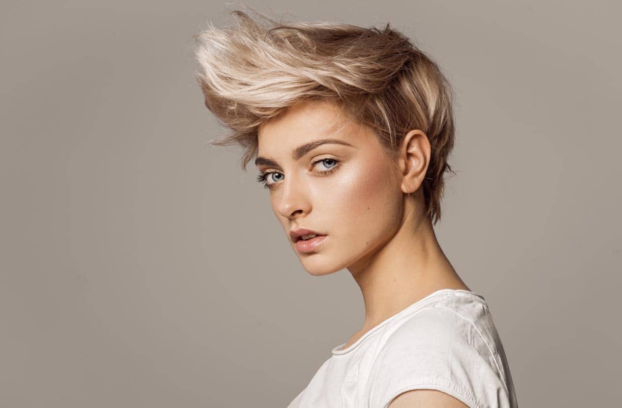 Portrait d'une jeune fille avec une coiffure blonde fashion