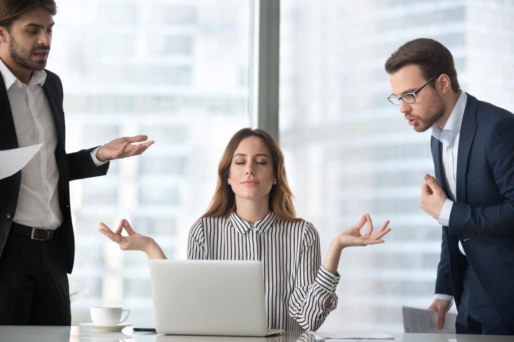 Femme calme, gestion du stress en milieu de travail