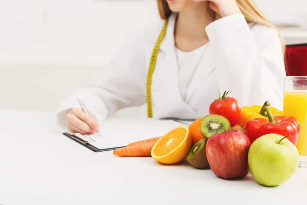 Bureau de nutritionniste avec fruits et ruban à mesurer