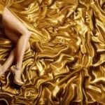 Femme jambes sur fond Satin et dore
