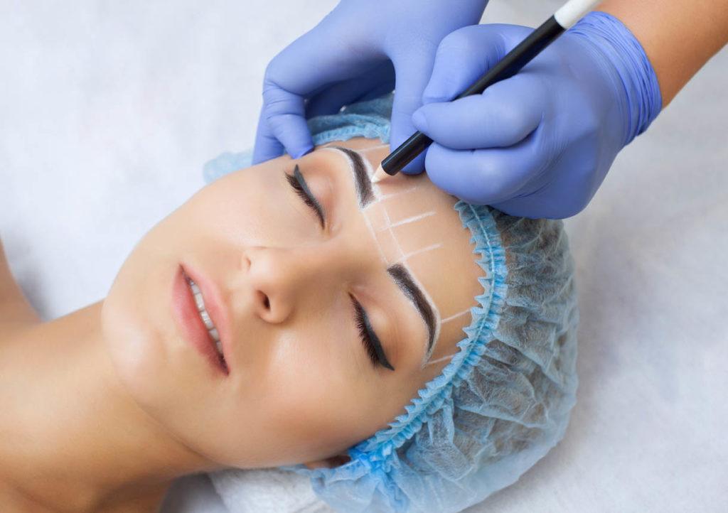Maquillage permanent pour les sourcils femme dans un salon de beauté
