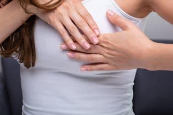 Femme souffrant de la douleur de sein
