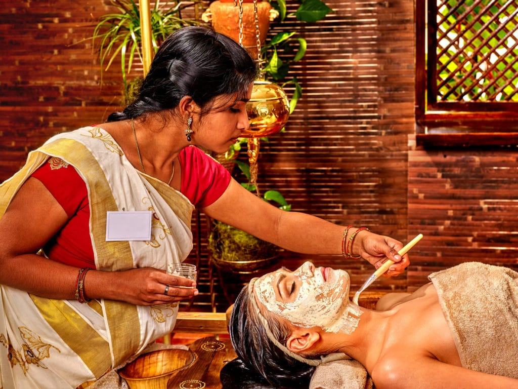 Femme ayant Masque de spa ayurvédique