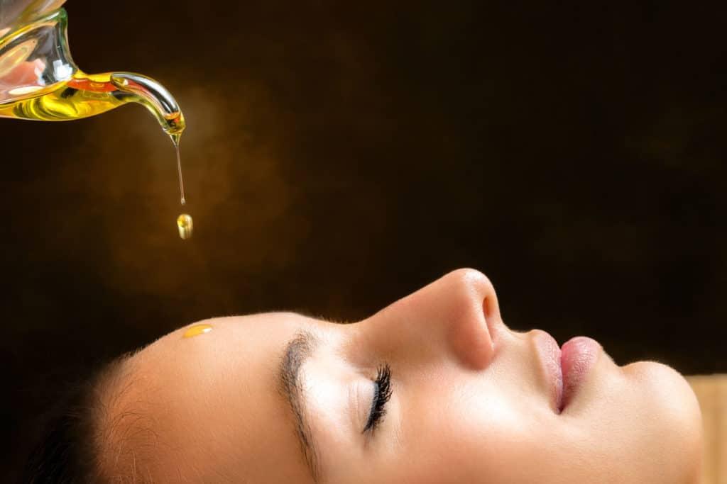 huile de sesame versee sur le visage d'une femme