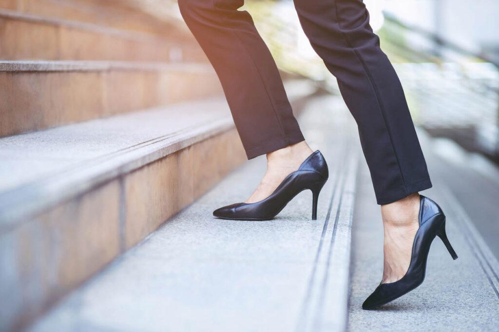 pieds femmes avec escarpins