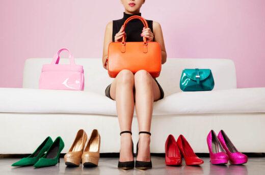 Femme assise sur le canapé avec les escarpins et sacs colorés