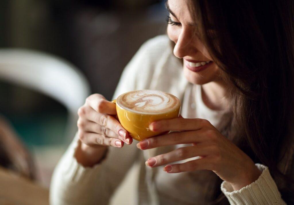 Femme Boit Du Café