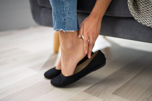 Femme Enlève Ses Chaussures