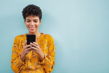 Femme Sur Application Mobile